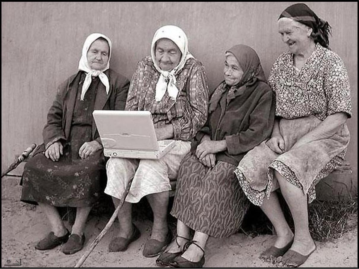 Ancianas se ríen con portatil. Autor desconocido